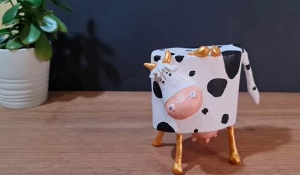 Картон и баночка из-под витаминов превращаются в чудесную корову-копилку