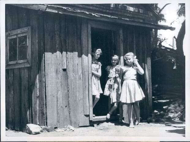 1959. Сталино. Девушки стоят возле дома