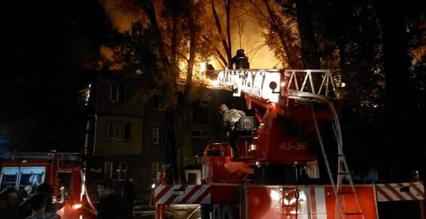 Кровля многоквартирного дома горела в Алматы
