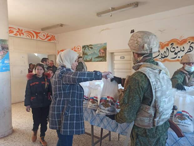 Российские военнослужащие впервые доставили гумпомощь в населенный пункт Тей на северо-востоке Сирии