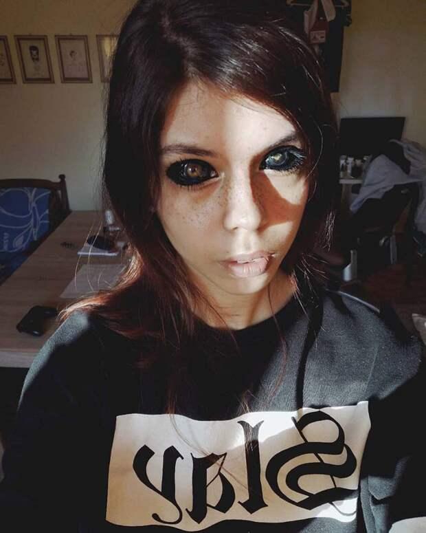 Черные глаза: модель из Польши ослепла после татуировки глазных яблок