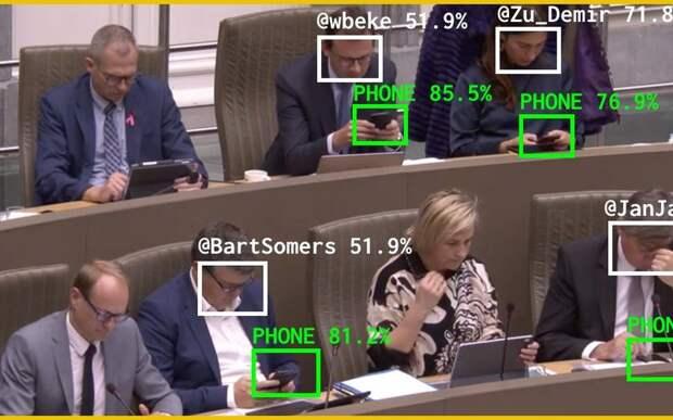 За бельгийскими депутатами следят и не дают отвлекаться на смартфон