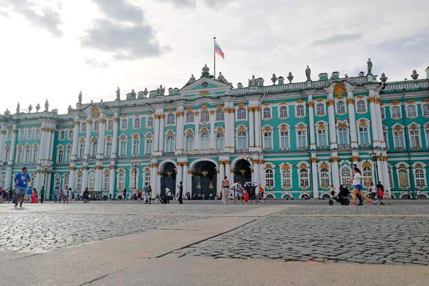Зимний дворец не всегда был бирюзовым, но этот цвет ему явно идет