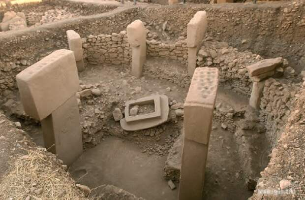 Каменный портал. Сооружение В. Общий вид. Сооружение В Гёбекли-Тепе