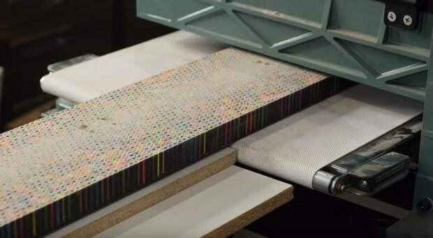 Муж придумал, как необычно украсить вход в детскую: он сделал измеритель роста из сотни цветных карандашей