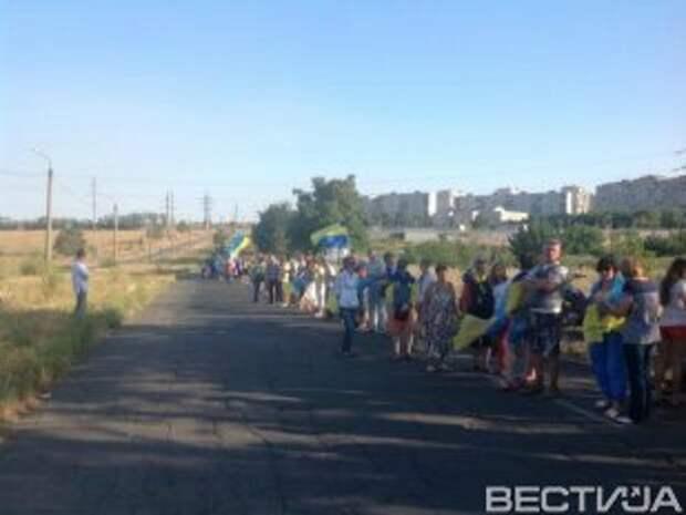Свыше тысячи жителей Мариуполя сформировали живую «границу»