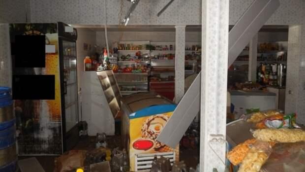 На Алтае мужчина обворовал магазин, проделав дыру в потолке