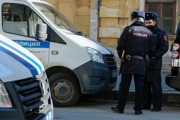 Петербуржец пытался украсть бутылку водки, апотом угрожал женщинам ножом