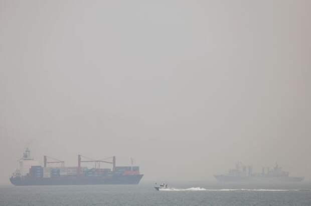 В КНР после столкновения двух судов в море вылилось около 400 тонн топлива