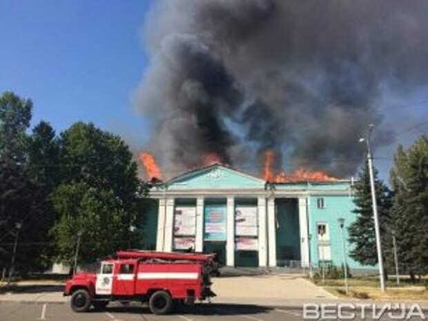В Донецке в ходе обстрела загорелось несколько зданий