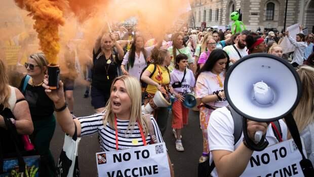 Массовые протесты против коронавирусного локдауна охватили канадский Торонто