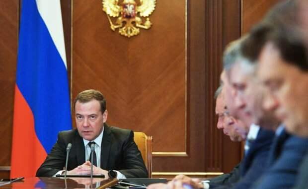 На фото: премьер-министр РФ Дмитрий Медведев (слева)