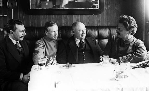 Лев Троцкий (справа) в вагоне своего штабного поезда, 1920 год