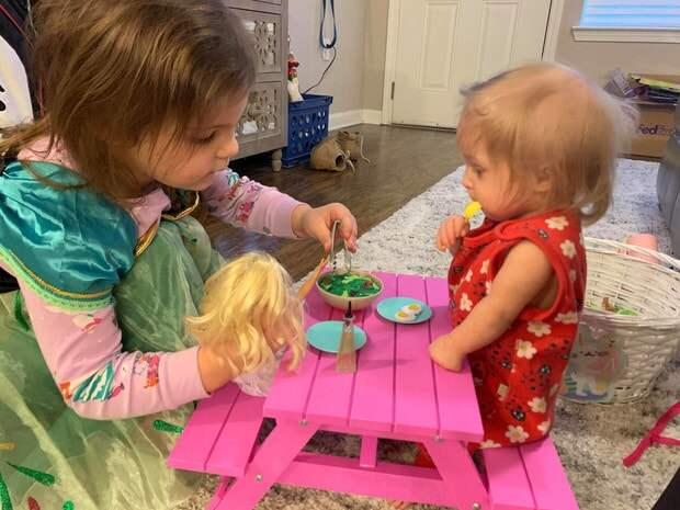 История рождения девочки с редкой формой болезни, которая делает её меньше, чем ее игрушки