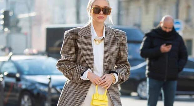 блондинка в клетчатом пиджаке с широкими плечами на улице