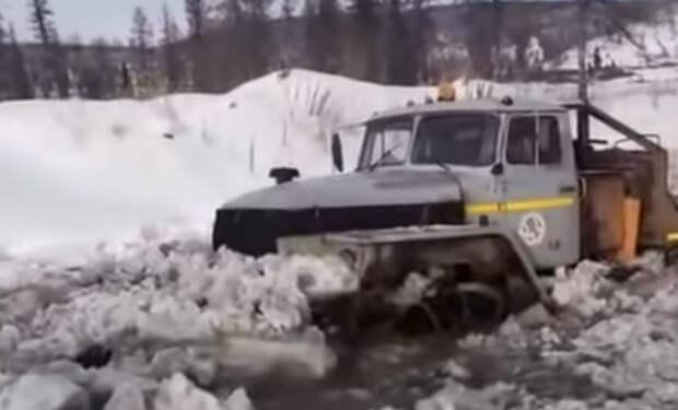 Урал 6х6: вездеход пробивается через непроходимый сибирский зимник. Видео