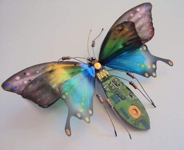 Маленькие скульптуры насекомых выполненные из компьютерного хлама Художник Джули Элис Чаппел (Julie Alice Chappell)