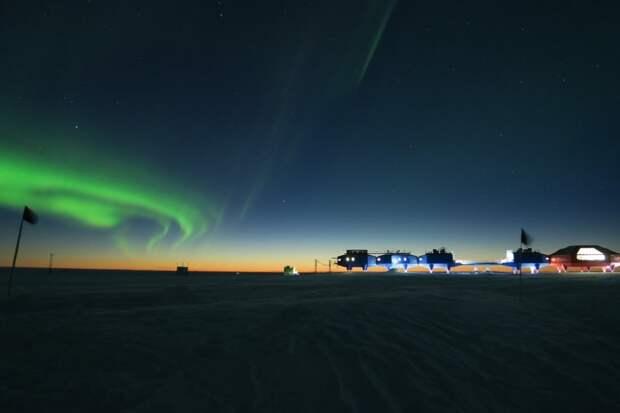 Южное полярное сияние над антарктической станцией Халли