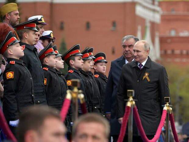 """""""Рахмон не случайно рядом"""": политолог объяснил, почему с Путиным на параде был президент Таджикистана"""