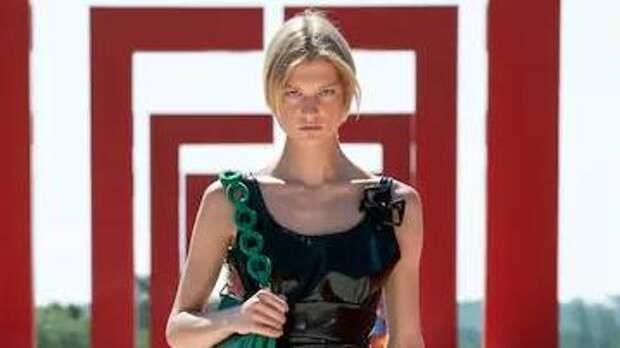 Виниловые тренчи, платья-парашюты и костюмы с пайетками: столкновение футуризма и шика в новой круизной коллекции Louis Vuitton