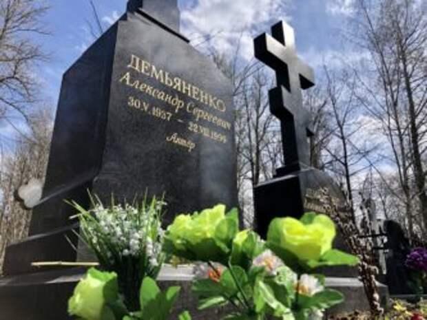 Грязный памятник светлому Шурику: как выглядит могила Демьяненко перед его днем рождения