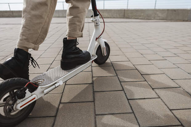 Подросток на электросамокате на полной скорости влетел в пешехода в Волгограде