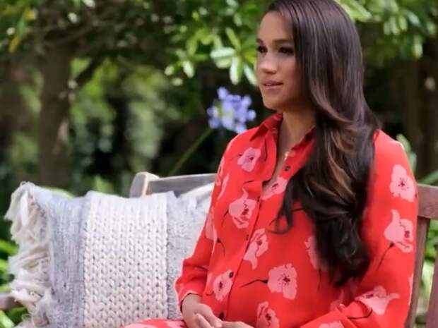 Меган Маркл в розовом платье в цветочек говорит о главном — о своей дочери