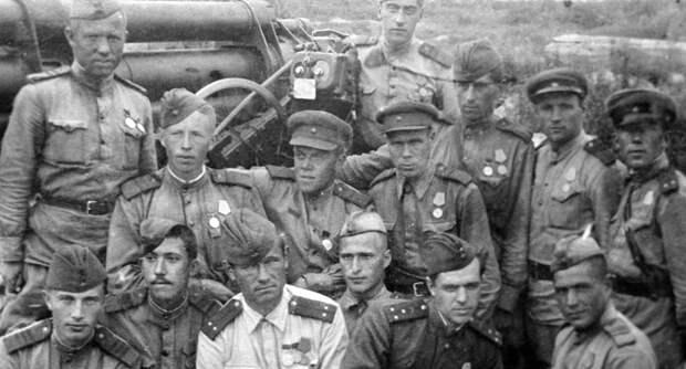 Юрий Никулин (2 слева в 1-м ряду), служащий зенитчиком во время Великой Отечественной войны 1941-1945 гг.
