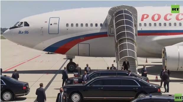 Появились кадры выхода Путина из самолета перед саммитом в Женеве