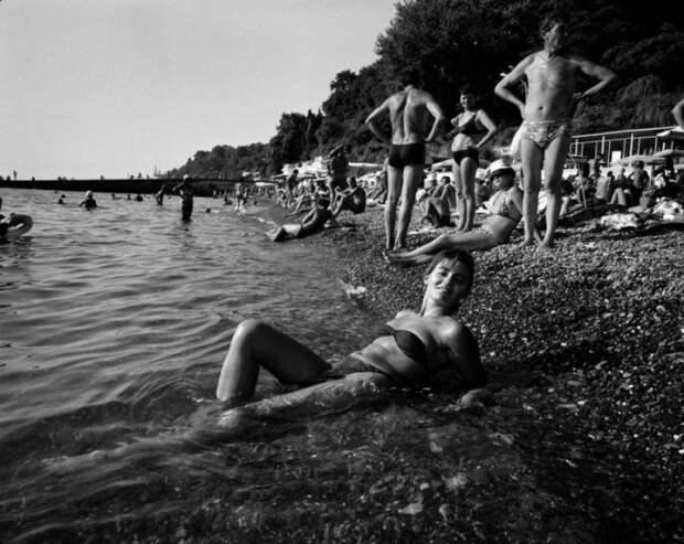 Девушка позирует в прибрежных водах.
