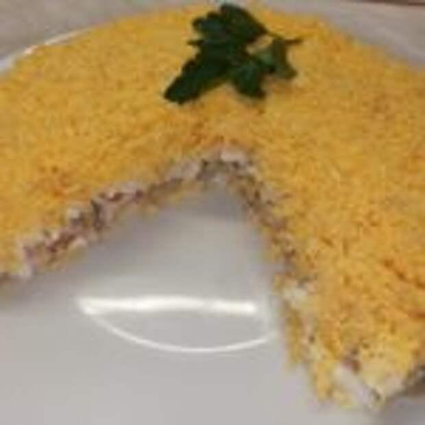 Салат с копчёной  курицей и грибами на 8 марта