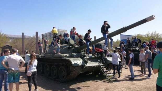 Выставка военной техники и другие экспозиции прошли в барнаульском парке Арлекино