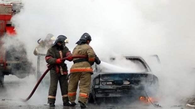 Припаркованная машина взорвалась во дворе в Домодедове