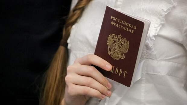 В Сети украинскому экс-депутату объяснили, зачем жители ЛДНР получают паспорт...