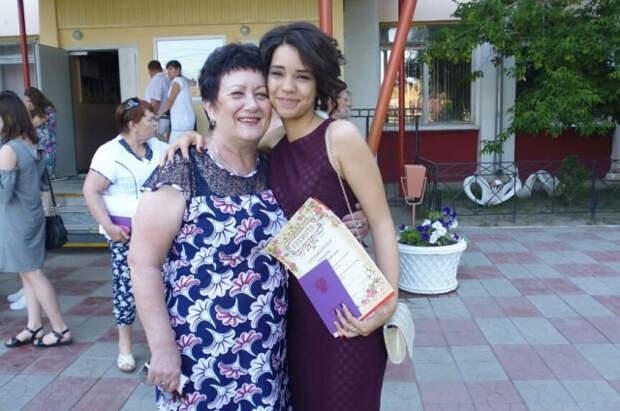 Арина с бабушкой Любовь Владимировной на выпускном в 9-м классе.