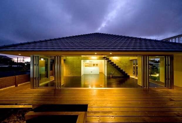 Небольшая одноэтажная дача с большой  площадью застекления по всему периметру дома и огромной террасой.