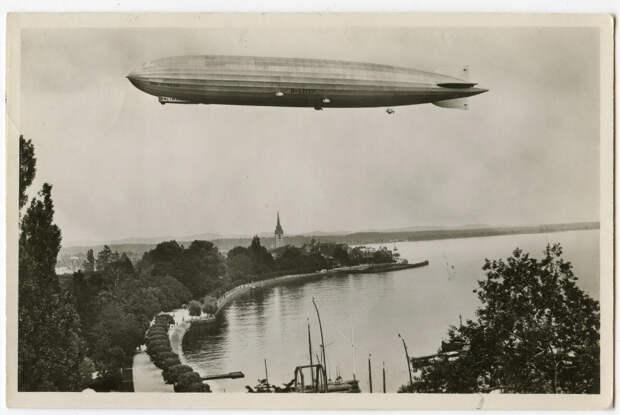 Дирижабль Graf Zeppelin (LZ-127) над Боденским озером. Немецкая открытка 1933 года