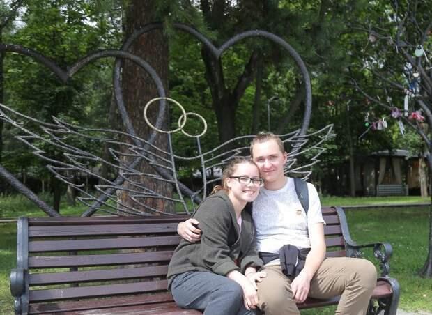 Скамейка влюблённых расположена возле летней читальни/Артур Новосильцев, «Юго-Восточный курьер»