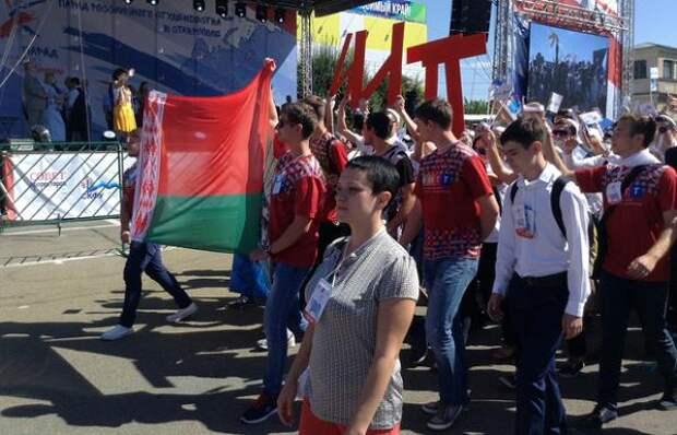 В Ставрополе на Параде студенчества пронесли флаг Белоруссии в поддержку паралимпийцев