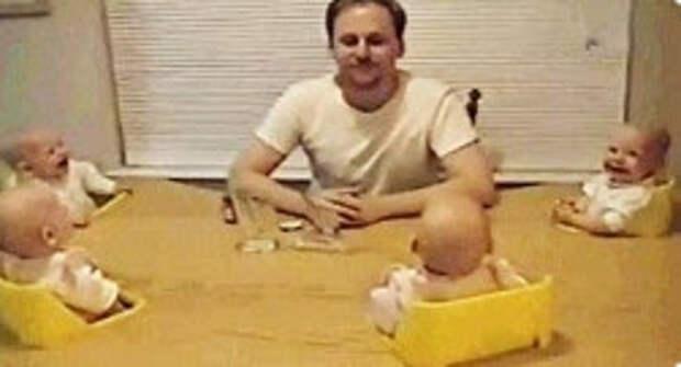 Пока мамы нет дома, ему нужно справиться с этим веселым квартетом. Мастер-класс для всех пап!  Смех малышей заразителен...