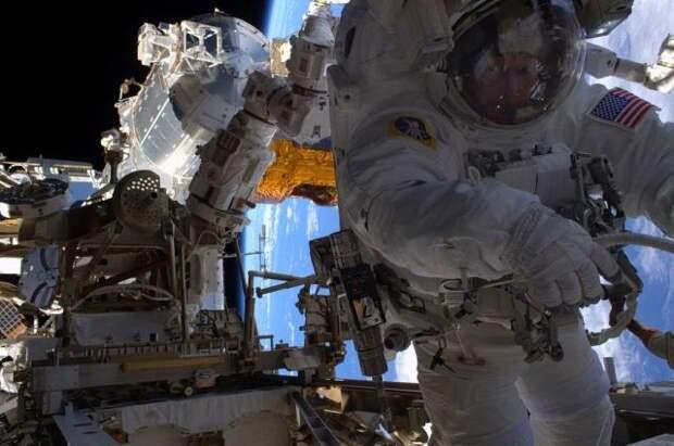 Астронавты вышли с МКС в открытый космос на шесть часов