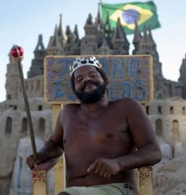 Бразилец живет в замке из песка