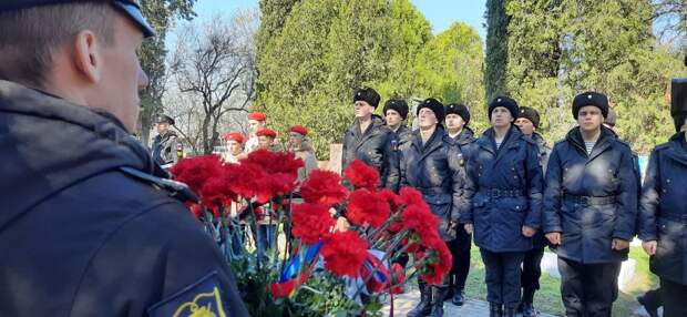 Военные Черноморского флота возложили цветы к могиле Героя Советского Союза Нины Ониловой