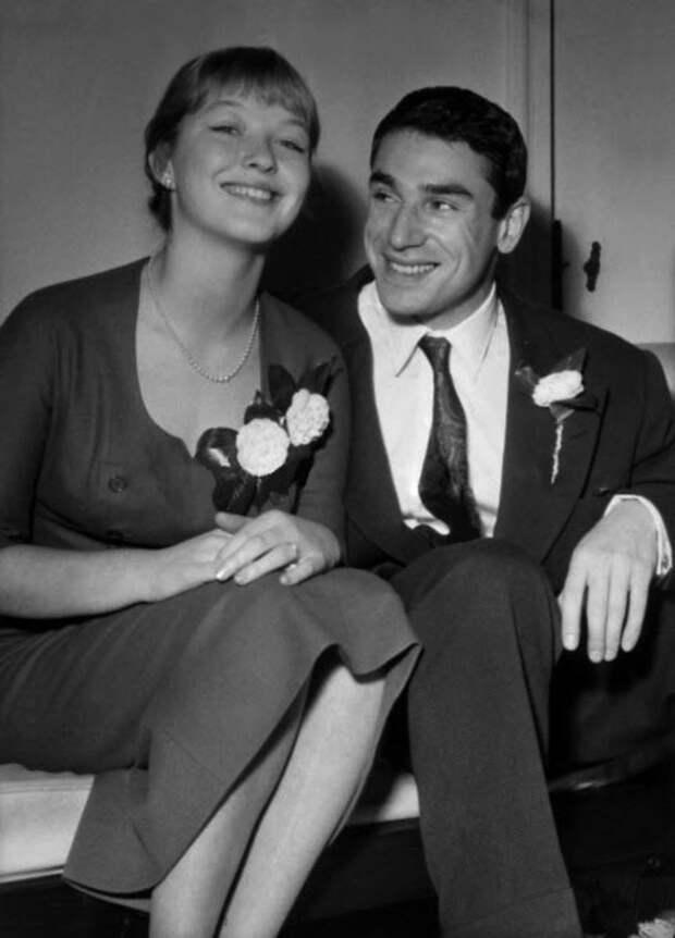 Marina Vlady et Robert Hossein apres leur Mariage ici au domicile de Marina a Maisons Lafitte le 23 decembre 1955