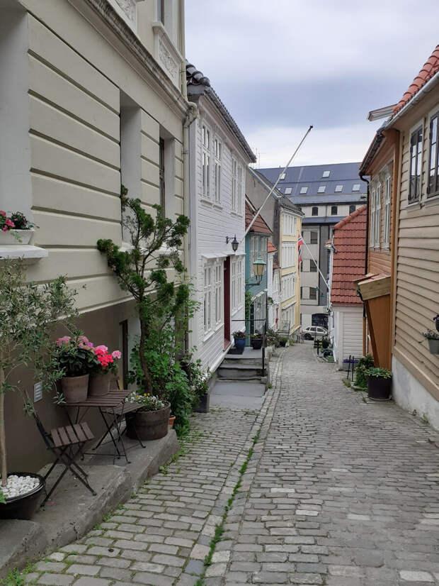 Как норвежцы украшают двери своих жилищ. Один из самых красивых переулков Бергена. Strangebakken