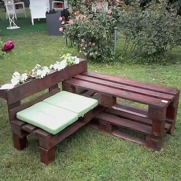 угловая скамейка из поддонов. | Фото: Gramho.com.