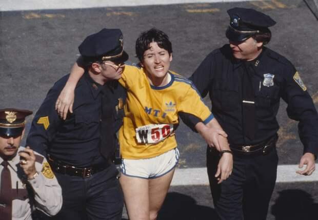 Полицейские помогают «вымотавшейся» спортсменке.