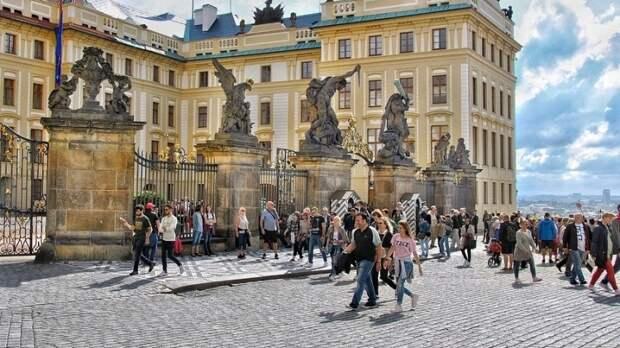 Экс-президент Чехии заплатит штраф за поход в ресторан и отсутствие маски