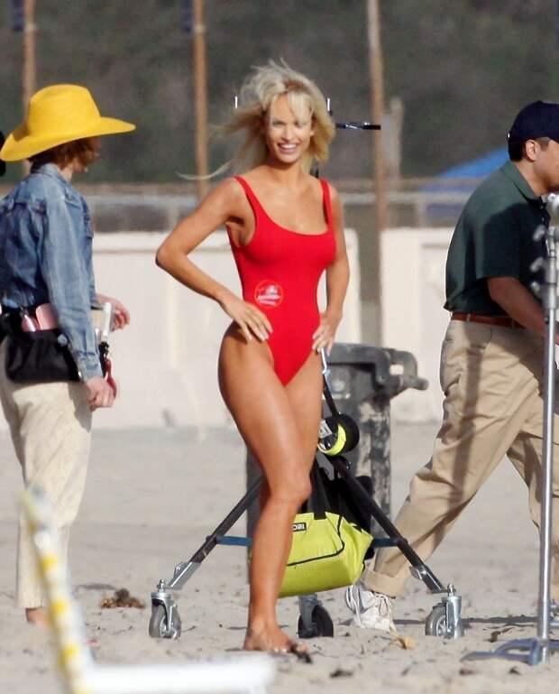 Лили Джеймс в красном купальнике превратилась в Памелу Андерсон