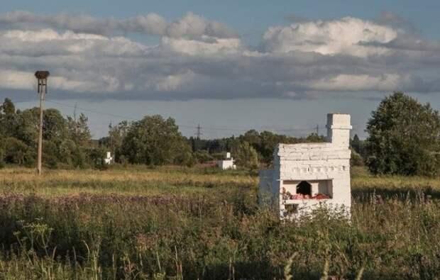 Почему в поле стоят эти русские печи? (5 фото)